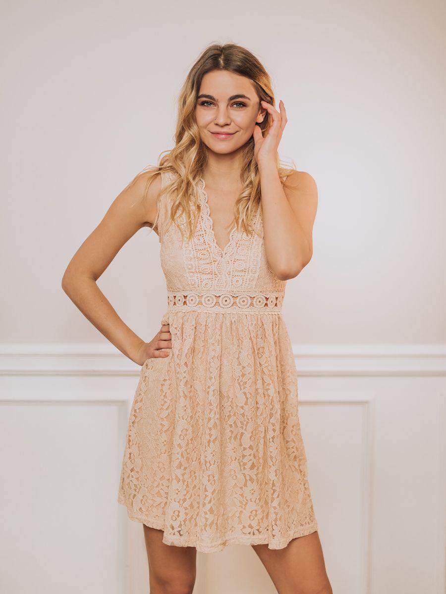 beżowa-sukienka-koronkowa-na-wesele